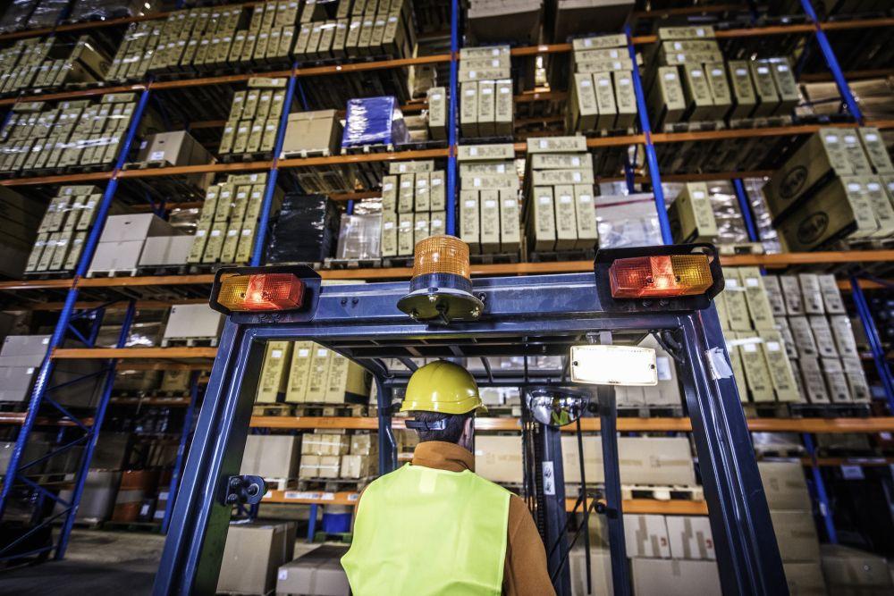 """Wie Unternehmen aus der Logistik-Branche von SAP S/4HANA profitieren, schreiben SAP-Fachleute von QSC im Buch """"Logistik mit SAP S/4HANA"""". Bild: © vm / Getty Images."""