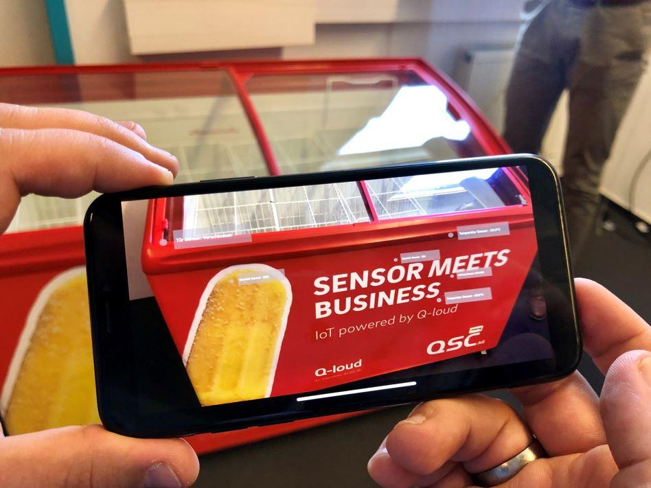Augmented Reality im Einsatz: Mit einem iPhone und einer passenden App lassen sich Parameter der Truhe auslesen. Bild: © QSC AG
