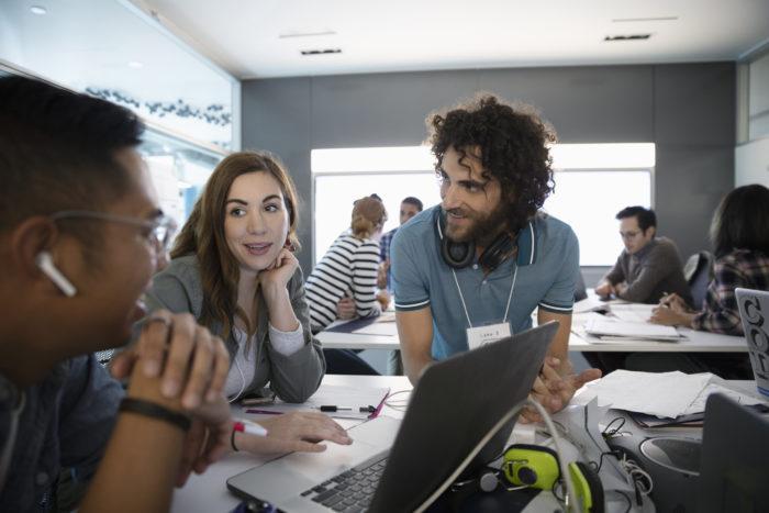 Wie veranstalte ich einen Hackathon? In sieben Schritten zum Erfolg. Bild: © Hero Images / Getty Images