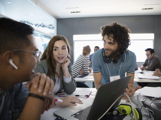 Drei Millennials arbeiten in einem Hackathon. Bild: © Hero Images/ Getty Images