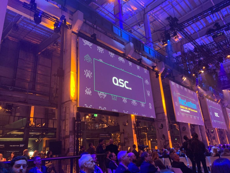 Ein QSC-Team gewann den SAP CONNECT Hackathon und durfte während der Abschluss-Keynote ihre Lösung vorstellen, Bild: © QSC AG