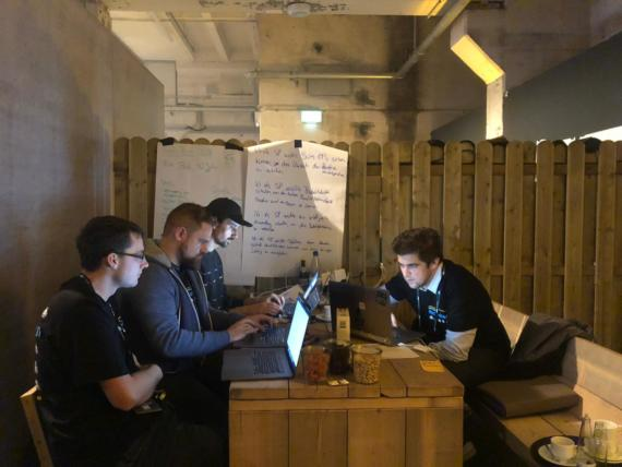 Das QSC-Dream-Team bei SAP CONNECT Hackathon bei der Arbeit: (v.l.n.r.) Florian Thurm, Bemo Rettin, Florian Fiß und Norman Merten, Bild: © QSC AG