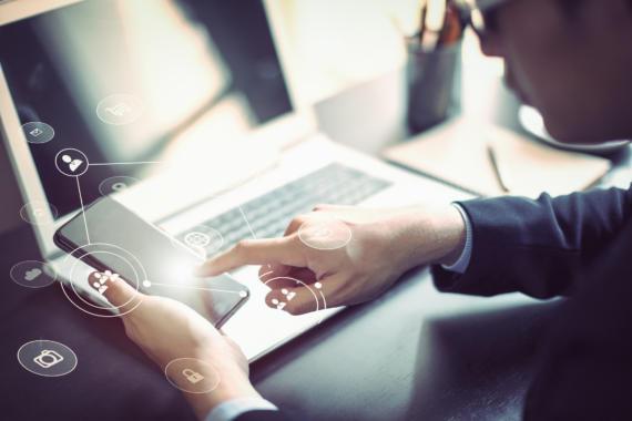 Digital Workplace: Mitarbeiter und Fachabteilungen sollten in die Bedarfsanalyse einbezogen werden. Bild: © Busakorn Pongparnit / Getty Images