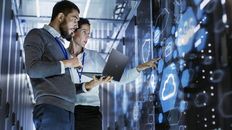 Zwei Administratoren vor einem Serverschrank im Rechenzentrum