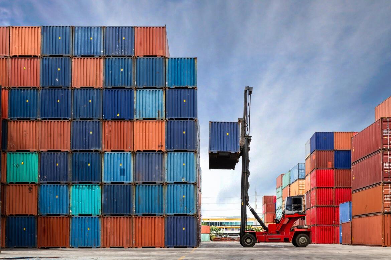 Gabelstapler transportiert Container