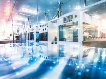 Moderne Produktionshalle mit Maschinen