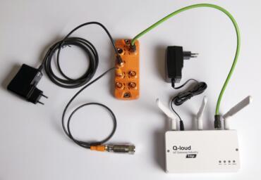 Elektronische Geräte, u.a. das IoT Edge Gateway von Q-loud,die mit Kabeln verbunden sind