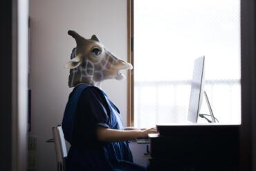 Sei kein Esel! Auch im Home-Office muss ein ergonomischer Arbeitsplatz vorhanden sein. Bild © kohei_hara / Getty Images
