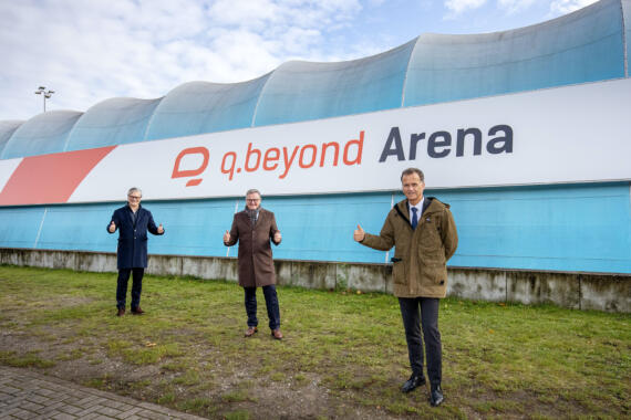 Enthüllung der neuen Fassade der q.beyond-Arena - mit viel Prominenz (v.l.n.r.): Alexander Otto, Jürgen Hermann, Christoph Holstein. © Alexander Otto Sportstiftung