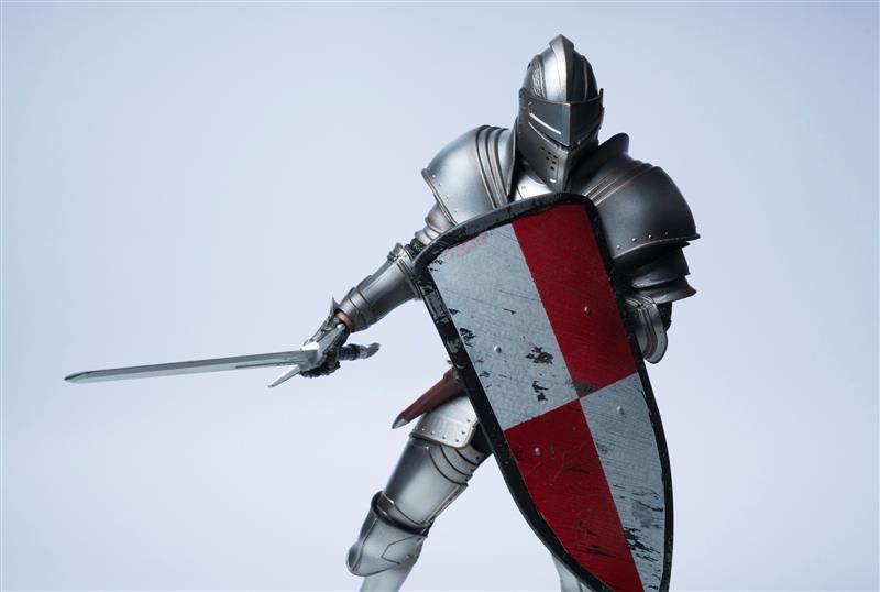 Ritter mit Rüstung, Schutzschild und Schwert vor hellem Hintergrund