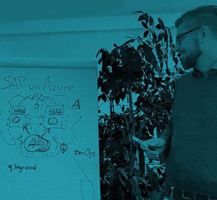 Thema SAP on Azure. Fabian Braesemann ist Mitarbeiter von Artur Heidt.