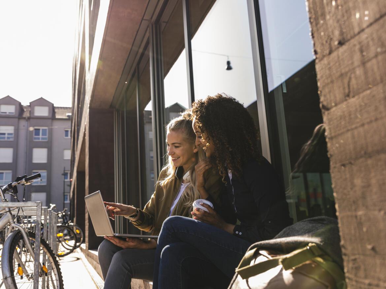 Frauen mit Laptop in der Sonne