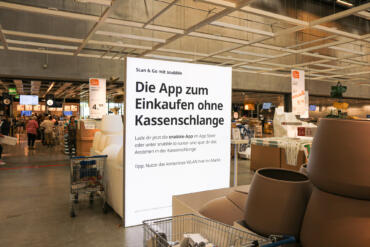 Scannen, bezahlen, fertig: So funktioniert einkaufen mit Snabble, zum Beispiel bei IKEA in Frankfurt. Bild: @ Snabble GmbH.