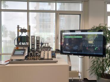 Modell einer IIoT-vernetzten Industriemaschine. Bild: © Daniela Eckstein / q.beyond AG
