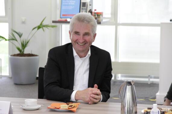 Minister Andreas Pinkwart beim Unternehmensbesuch am 11.08.2021 bei q.beyond in Köln. Bild: © Daniela Eckstein / q.beyond AG.