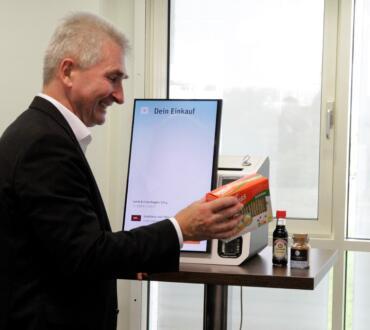 Minister Andreas Pinkwart testet das Selfscanning-System der Snabble App. Bild: © Daniela Eckstein / q.beyond AG.