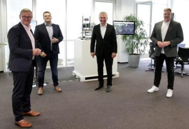 Gruppenbild beim Unternehmensbesuch (v.l.n.r.): Jürgen Hermann, Patrick Queisler, Andreas Pinkwart, Thorsten Raquet. Bild: © Daniela Eckstein / q.beyond AG.